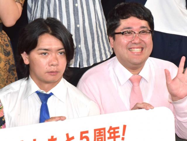 マヂカルラブリー・野田クリスタル(左)がゆりやんレトリィバァを祝福 (C)ORICON NewS inc.