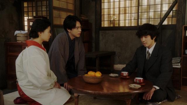 小暮(若葉竜也)と話しをする千代(杉咲花)と一平(成田凌)=連続テレビ小説『おちょやん』第16週・第78回より (C)NHKの画像
