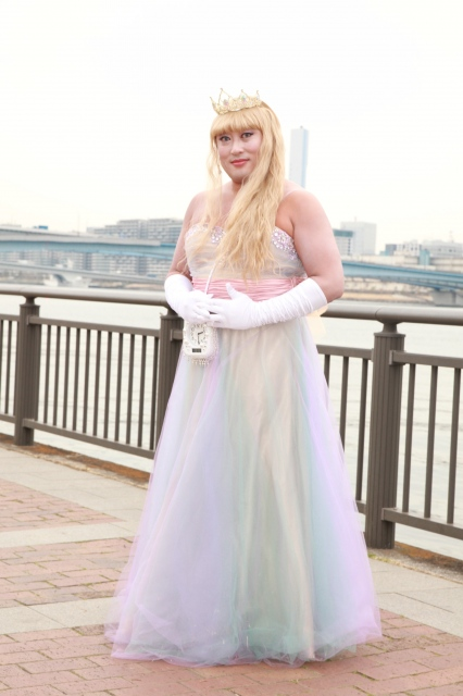 24日発売の『月刊ザテレビジョン』5月号で、秋山竜次が魅力的なドレス姿を披露の画像