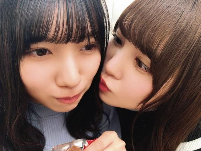 河田陽菜(左)を溺愛する加藤史帆(撮影/丹生明里)=『日向撮VOL.01』よりの画像