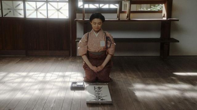 あることをする千代(杉咲花)=連続テレビ小説『おちょやん』第17週・第85回より (C)NHKの画像