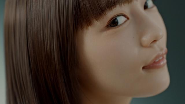 『いち髪』の新TVCM「導入美容液を髪に?」篇に出演する川口春奈の画像