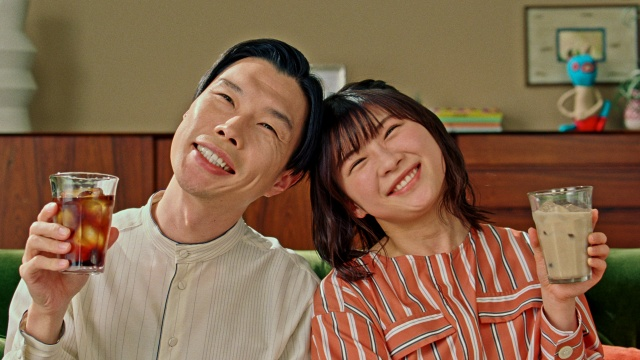 「ボス カフェベース」の新CM「キッチリ夫と、テキトウ妻」篇に出演した、岩井勇気と伊藤沙莉の画像