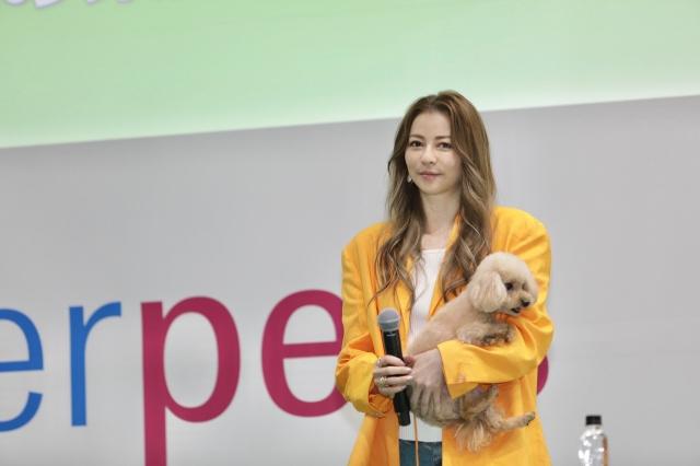 日本最大級のペットイベント『第10回インターペット』に愛犬・はなびと登場した香里奈の画像