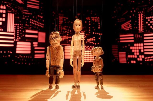 ミュージカルショートムービー『ギョロ 劇場へ』(2021)(左より) おじいちゃん、ママ、タクトとオペラグラスのギョロ (C)HoriPro/dwarfの画像