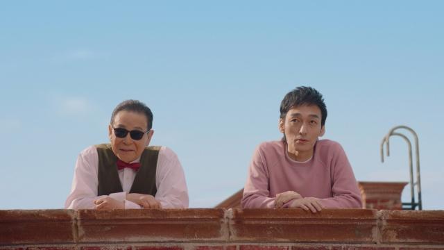 新テレビCM『メゾンメルカリ・屋上での出会い』篇でCM初共演したタモリと草なぎ剛の画像