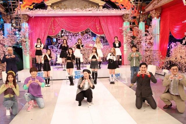 10日放送『HEY!HEY!NEO! MUSIC CHAMP』でダウンタウンと初共演したNiziU(C)フジテレビの画像