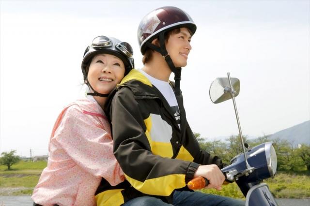 映画『ブルーヘブンを君に』(6月11日公開)孫の蒼汰(小林豊)が運転するバイクに乗る冬子(由紀さおり)(C)2020「ブルーヘブンを君に」製作委員会の画像