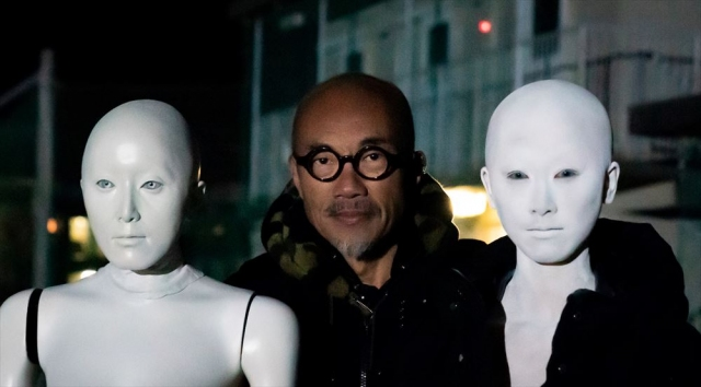 型取りを経て制作された人形、竹中直人監督、そして白塗り&スキンヘッド姿の松井玲奈=映画『ゾッキ』(公開中)メイキングより (C) 2020「ゾッキ」製作委員会 の画像