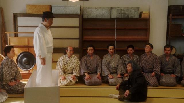 稽古場で万太郎(板尾創路)と話しをする千之助(星田英利)=連続テレビ小説『おちょやん』第19週・第92回より (C)NHKの画像
