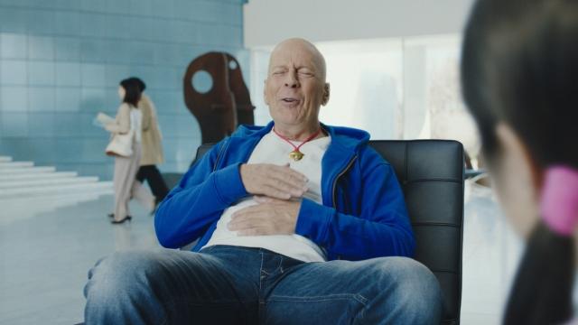 ソフトバンク「5Gってドラえもん?」シリーズに登場するブルース・ウィリスの画像