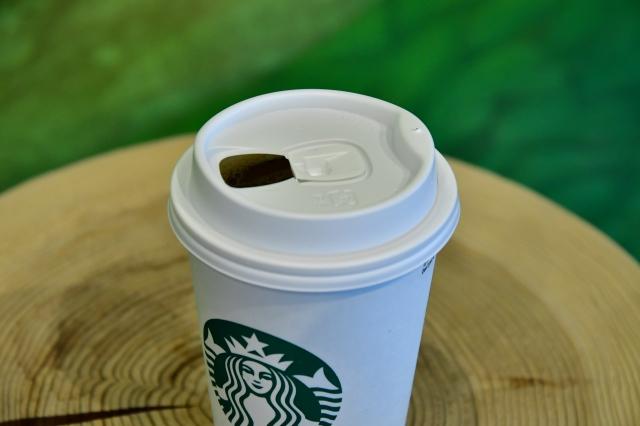 スタバ、ストローレスリッド/ペーパーカップ導入で新たな飲用スタイルへ の画像