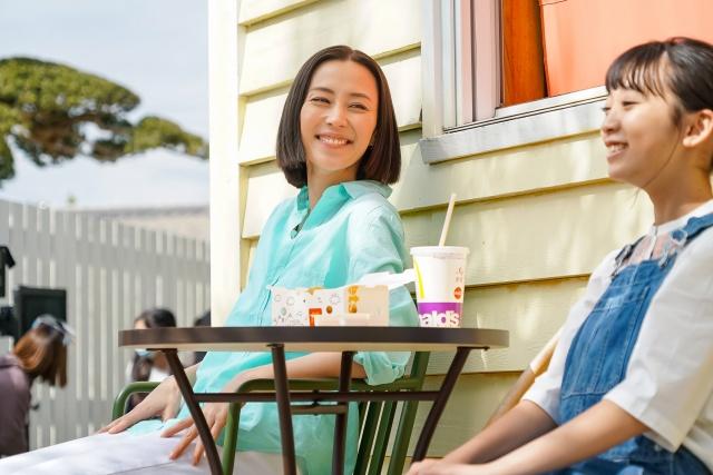木村佳乃と近藤華が出演した日本マクドナルドの新CM「ママは味方だよ」篇の画像