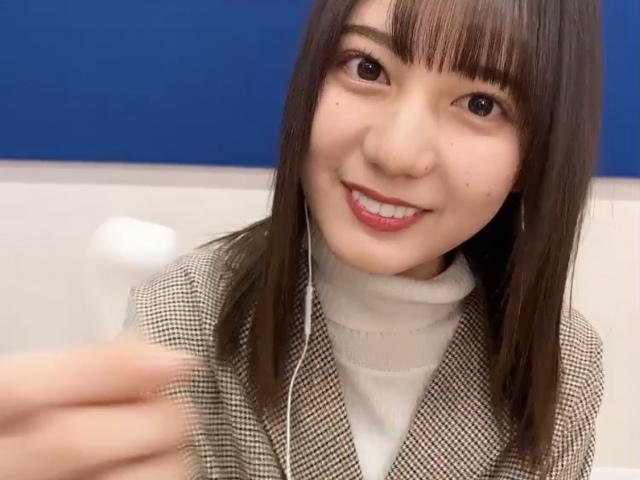 日向坂46・小坂菜緒の「イヤホン動画」=『日向撮VOL.01』公式ツイッターよりの画像