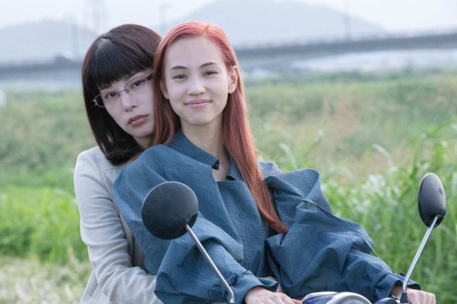 Netflix映画『彼女』(配信中)水原希子(左)&さとうほなみ(右)メイキング写真の画像