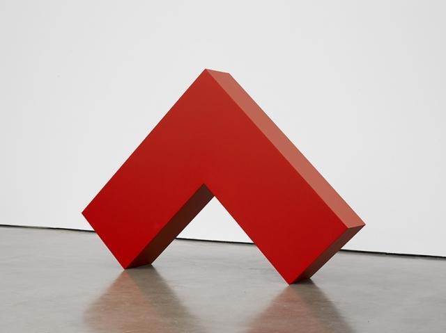 カルメン・ヘレラ 《赤い直角》 2017-2018年 塗料、アルミニウム 109.7×153.7×26.4 cm Courtesy: Lisson Galleryの画像