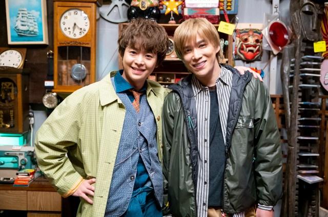 シンドラ『探偵☆星鴨』に出演する有岡大貴(Hey! Say! JUMP)、千賀健永(Kis-My-Ft2) (C)NTV・J Stormの画像