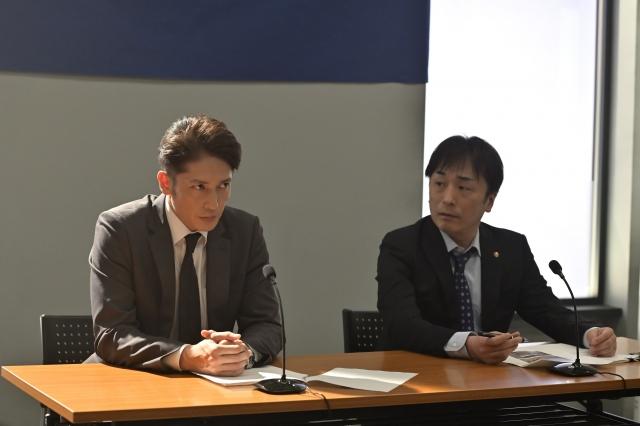 テレビ朝日系木曜ドラマ『桜の塔』第1話より(左から)玉木宏、関智一(C)テレビ朝日の画像