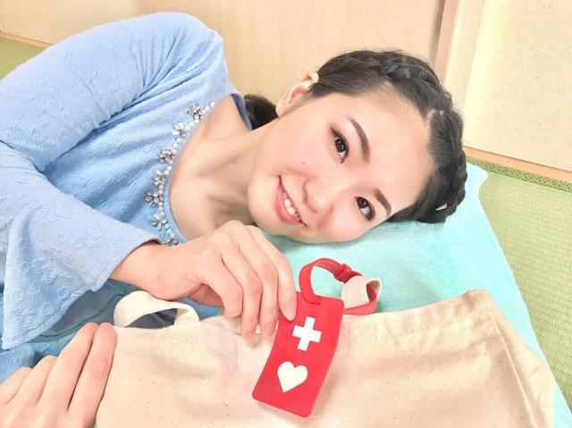 聖火ランナーを務めた塚本明里さん。病気のため1日20~30分ほどしか起き上がれない(写真:本人提供)の画像