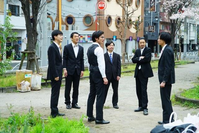 映画『くれなずめ』(4月29日公開)6人が公園に集まって、赤フンダンスを練習するシーン (C)2020「くれなずめ」製作委員会の画像