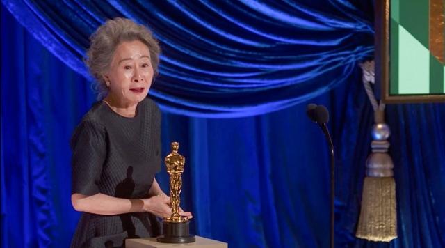 『第93回アカデミー賞』助演女優賞を受賞したユン・ヨジョン (C)Getty Imagesの画像