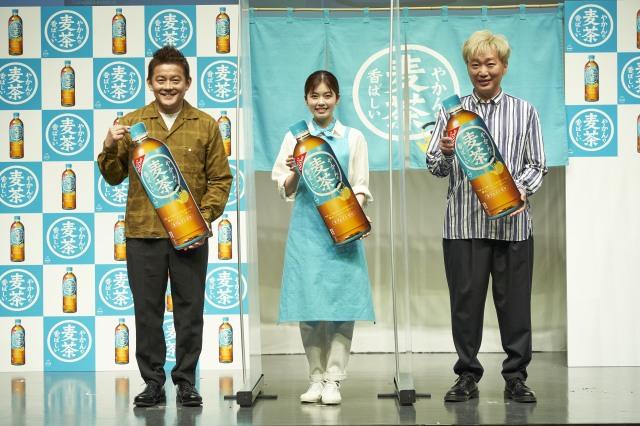 『やかんの麦茶 from 一』発売記念PRイベントに登場した(左から)井戸田潤、小芝風花、小沢一敬の画像
