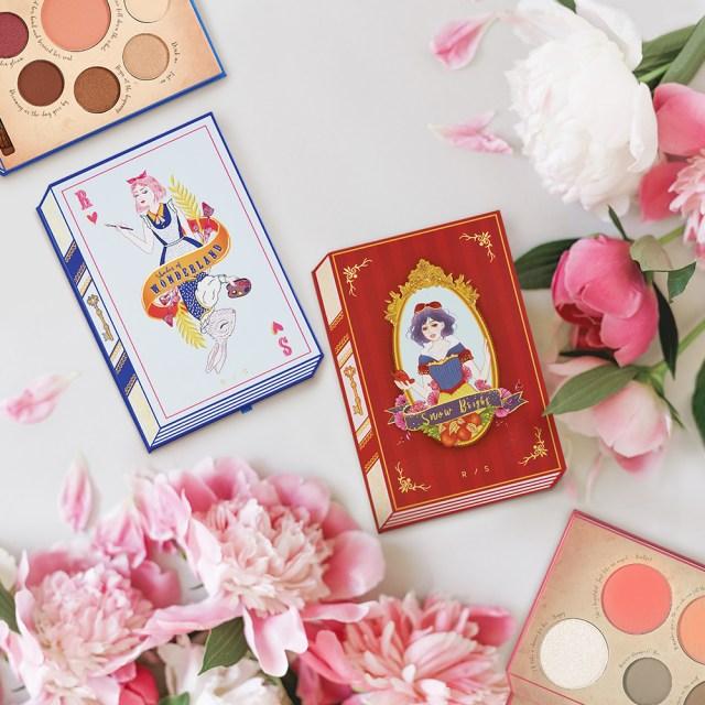 童話『不思議の国のアリス』と『⽩雪姫』をモチーフにしたデザインのパレット(3680円/税込)の画像