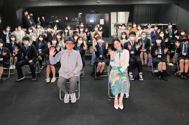 ワタナベエデュケーショングループの学生らに自身の経験やノウハウを伝えるプロジェクト『LABO』に参加した(手前左から)内田英治監督、真飛聖の画像