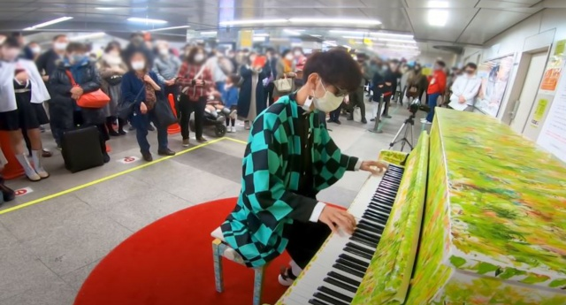 秋葉原駅の『LovePiano』を『鬼滅の刃』コスプレ姿で演奏する人の画像
