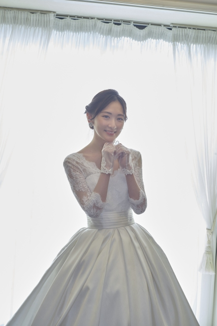 ウエディングドレス姿のオフショットを解禁した生駒里奈の画像