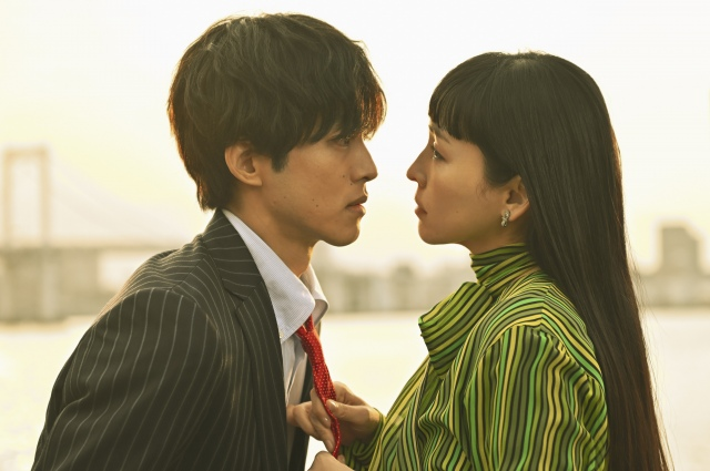 テレビ朝日『あのときキスしておけば』の公開された場面カットでキス寸前の(左から)松坂桃李&麻生久美子 (C)テレビ朝日の画像