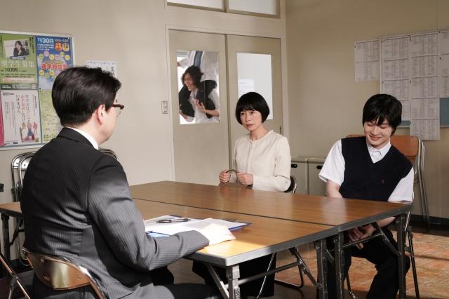 土曜ドラマ『コントが始まる』で神木隆之介の母役を演じる西田尚美 (C)日本テレビの画像