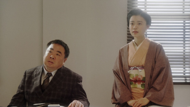 (左から)花車当郎(塚地武雅)、竹井千代(杉咲花)。 NHK大阪放送局・会議室にて。お互いに役の名前で呼ぶことを提案する千代=連続テレビ小説『おちょやん』第22週・第106回より (C)NHKの画像