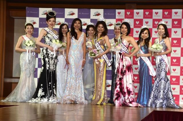 『ミズ・ファビュラス』と『ミセス・インターナショナル』の受賞者たち=『ミセス・インターナショナル2021日本大会』 (C)ORICON NewS inc.の画像