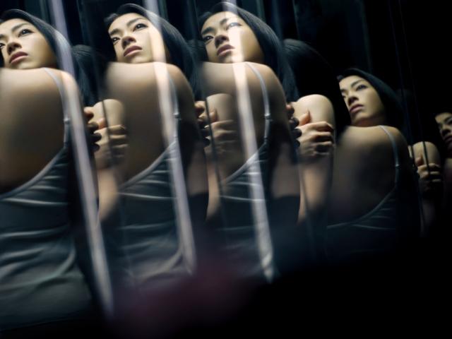 新曲「PINK BLOOD」の新アーティスト写真を解禁した宇多田ヒカルの画像