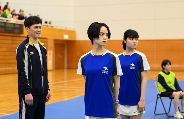 バドミントンのエリート選手を演じる平手友梨奈(中央)=『ドラゴン桜』第2話より (C)TBSの画像