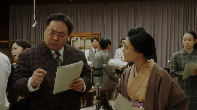 NHK大阪放送局・スタジオにて。ラジオドラマの本番中の(左から)花車当郎(塚地武雅)、竹井千代(杉咲花)=連続テレビ小説『おちょやん』第22週・第107回より (C)NHKの画像