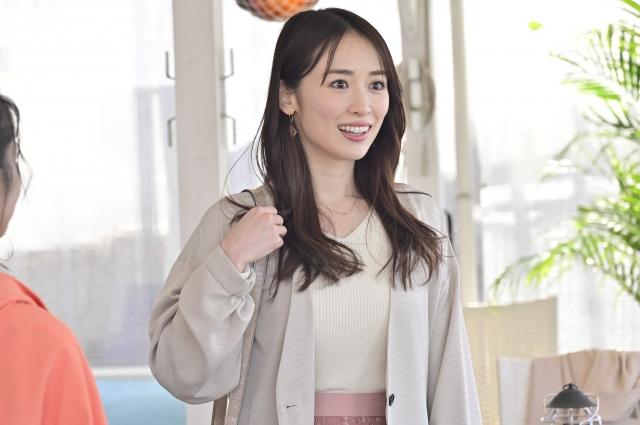 謎の美女・近江谷遥香を演じる泉里香 (C)日本テレビの画像