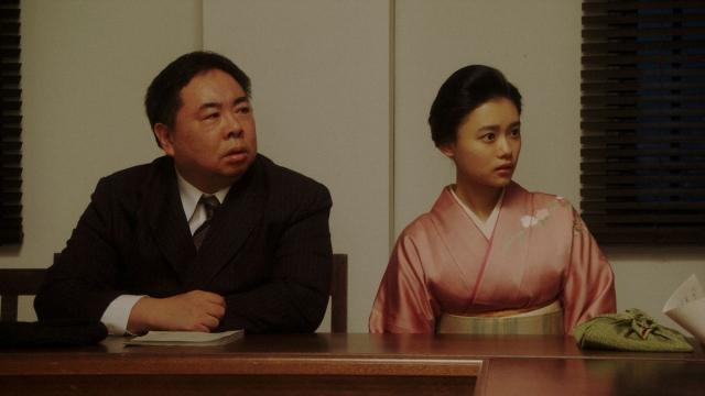 NHK大阪の会議室である話を聞かされる(左から)花車当郎(塚地武雅)と竹井千代(杉咲花)=連続テレビ小説『おちょやん』第22週・第108回より (C)NHKの画像