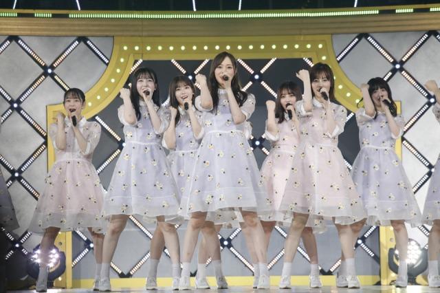 先輩たちと初めて同じステージに立った『5th YEAR BIRTHDAY LIVE』(2017年2月)の衣裳でパフォーマンスする乃木坂46の3期生