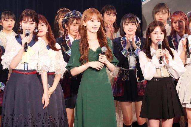 IZ*ONEの活動を終えた宮脇咲良と矢吹奈子がHKT48の生配信イベントにサプライズ登場(C)Mercuryの画像