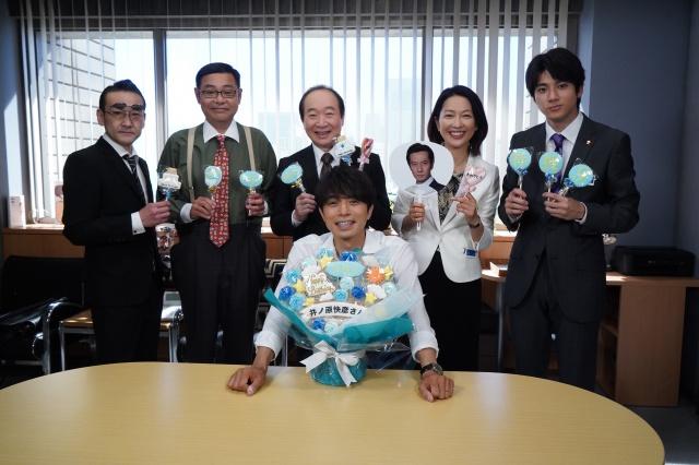 『特捜9』の現場で井ノ原快彦(中央)の誕生日をお祝い (C)テレビ朝日の画像