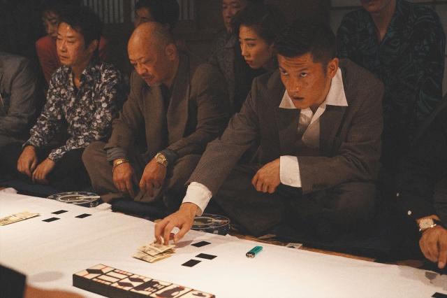元サッカー日本代表・播戸竜二が俳優デビュー。賭場の男がやけに様になっている。映画『孤狼の血 LEVEL2』(8月20日公開) (C)2021「孤狼の血 LEVEL2」製作委員会の画像