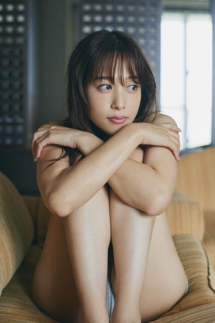 ファースト写真集の発売が決定した鷲見玲奈 (C)三瓶康友/集英社の画像