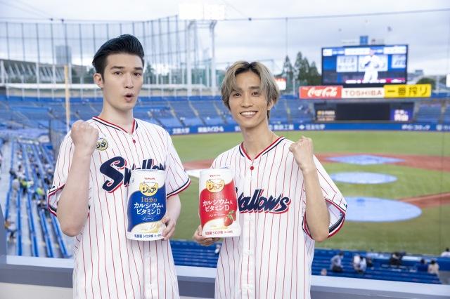ヤクルト-DeNA始球式『えらべる栄養、1日分。ジョアナイター』に登場したSixTONES(左から)ジェシー、田中樹の画像