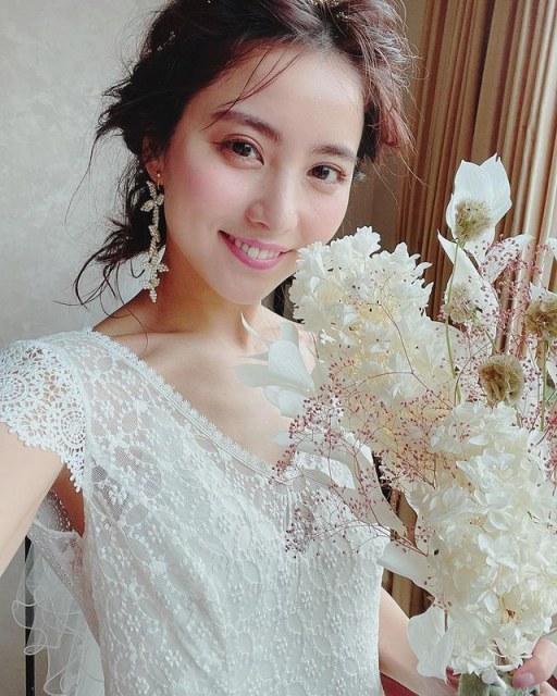 ウエディングドレス姿を披露した石川恋の画像