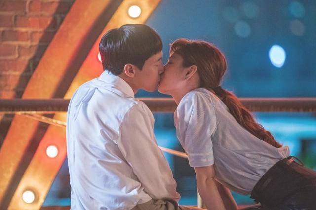 仕事終わりのキス!=韓国ドラマ『恋の始まりは出馬か!?~すべき就職はしないで出師表~』Licensed by KBS Media Ltd. (C)2020 KBS. All rights reservedの画像