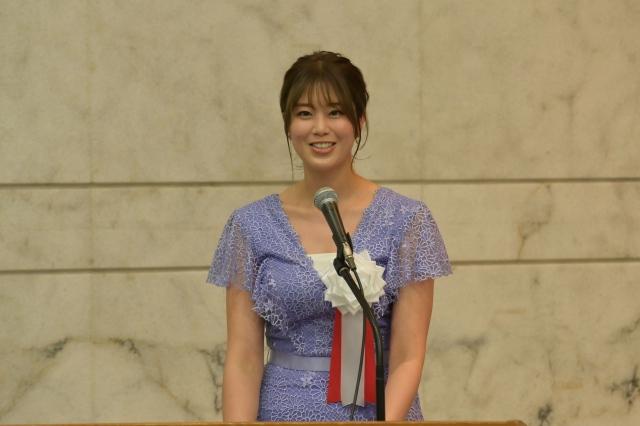 『優良企業』認定合同表彰式にアンバサダーとして登壇した稲村亜美の画像