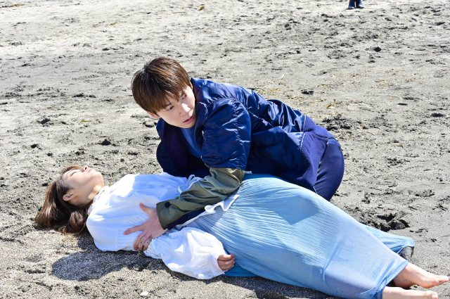 水曜ドラマ『恋はDeepに』に出演する石原さとみ、綾野剛 (C)日本テレビの画像