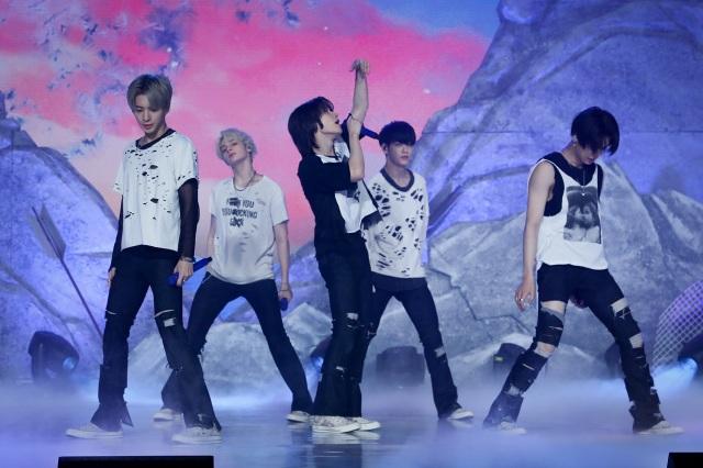 リード曲「0X1=LOVESONG(I Know I Love You)feat. Seori」を披露したTOMORROW X TOGETHER(C)BIGHIT MUSICの画像
